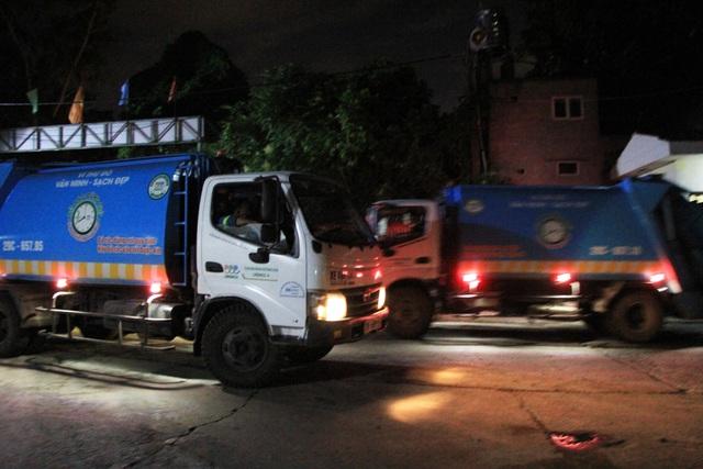 Đêm 16/7, xe thu gom rác đi vào tấp nập đưa rác vào khu xử lý Cầu Diễn, quận Nam Từ Liêm.