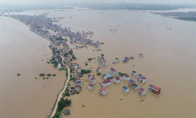 Việt Nam ủng hộ Trung Quốc 100.000 USD khắc phục hậu quả lũ lụt, động đất