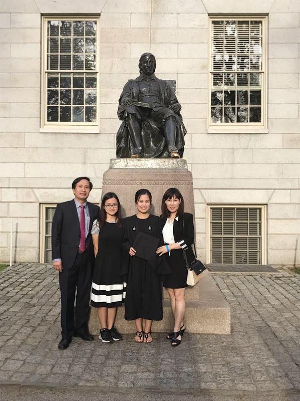 Hiền Anh (thứ 2 từ trái sang) cùng bố mẹ trong lễ tốt nghiệp của chị gái năm 2017.