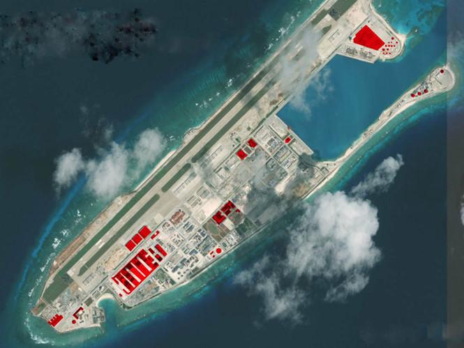 Trung Quốc đã xây dựng đường băng, nhà chứa máy bay và cơ sở radar phi pháp trên đá Chữ Thập. Ảnh: AMTI/ Thanh niên