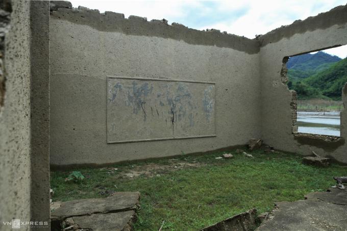 Trường THCS Thông Thụ, đóng ở bản Lốc (xã Thông Thụ) khi nước cạn để lộ nguyên tường và tấm bảng.