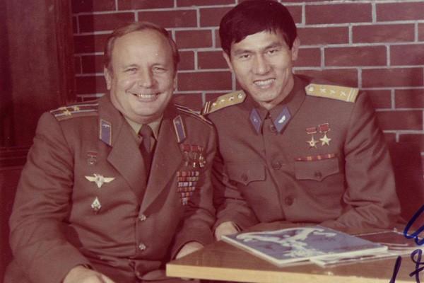 Quân nhân Liên Xô Viktor Gorbatko và Anh hùng phi công Phạm Tuân. Gorbatko có 3 lần bay vào vũ trụ, vào các năm 1969, 1977 và 1980. Ảnh: Wikiwand.