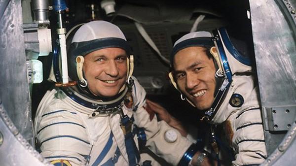 Hai phi hành gia Gorbatko và Phạm Tuân vào ngày 23/7/1980, tại sân bay vũ trụ Bakonur ở Kazakhstan trước khi bay vào vũ trụ bằng phi thuyền Soyuz 37. Ảnh: Tư liệu.