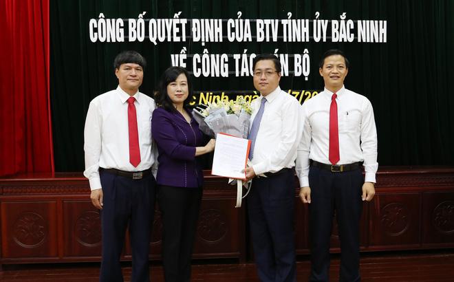 Phó Bí thư Thường trực Tỉnh ủy Đào Hồng Lan trao Quyết định cho ông Nguyễn Nhân Chinh.