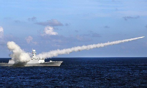 Tàu chiến Trung Quốc phóng tên lửa trong một đợt tập trận ở Biển Đông hồi năm 2016. (Ảnh: Xinhua).
