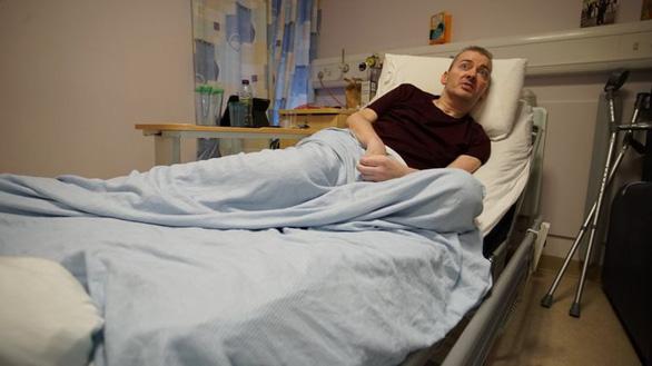 Phi công người Anh Cameron đang hồi phục tại bệnh viện đại học Wishaw - Ảnh: BBC