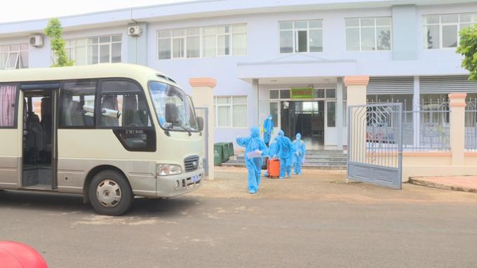 Ngành Y tế Đắk Lắk di chuyển nữ sinh viên mắc Covid-19 và hơn 20 trường hợp tiếp xúc gần sang bệnh viện mới