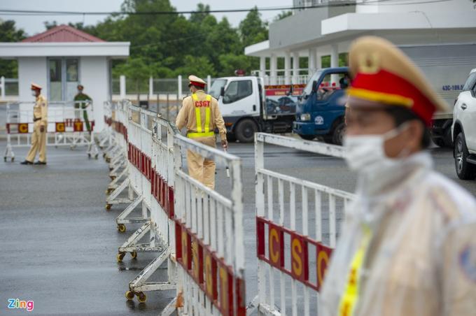Sáng 31/7, lực lượng chức năng TP Đà Nẵng lập chốt kiểm soát trên đường Trần Đại Nghĩa, đoạn giáp ranh với Quảng Nam. Đây là một trong 7 chốt chặn tại các cửa ngõ ở TPĐà Nẵng.