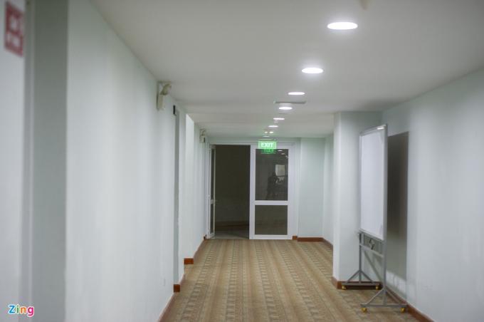 Cung có 20 phòng là nơi làm việc của các cán bộ, công nhân viên. Ngoài ra còn có phòng thay đồ, phòng vận động viên... được chuyển làm phòng khám, điều trị khép kín.