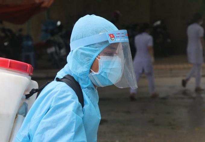 Nhân viên y tế khử trùng các phương tiện ra vào khu vực bệnh viện dã chiến. (Ảnh: Quốc Dũng/TTXVN)