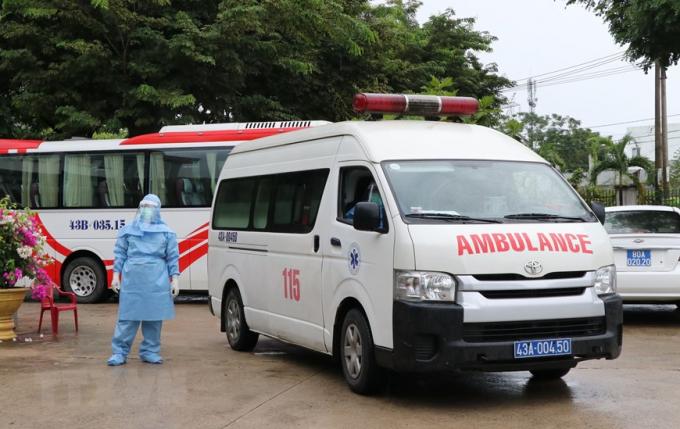 Xe cấp cứu chở bệnh nhân vào bệnh viện dã chiến. (Ảnh: Quốc Dũng/TTXVN)