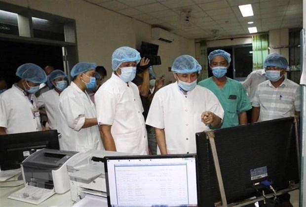Thứ trưởng Bộ Y tế Nguyễn Trường Sơn (thứ 4 từ phải sang) thăm, làm việc tại Bệnh viện Trung ương Huế cơ sở 2. (Nguồn: TTXVN phát)