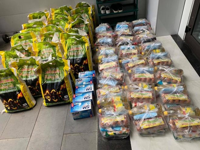 Chị Hạnh tự tay đi mua gạo, dầu ăn, khẩu trang... tặng cho các bạn sinh viên khó khăn.