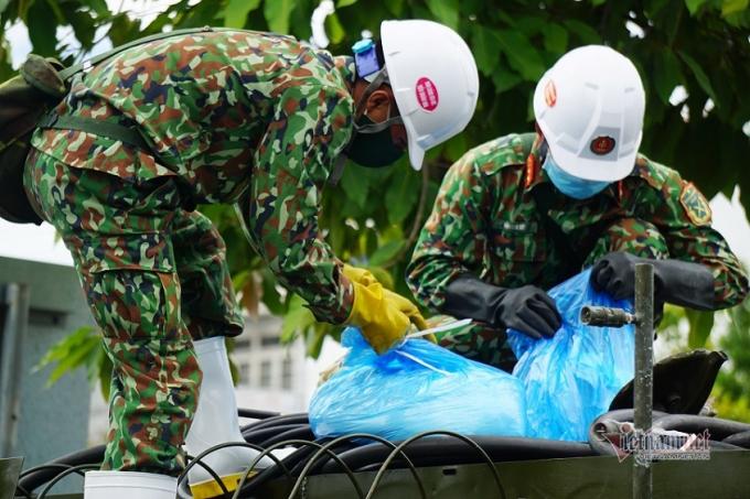 Trước khi di chuyển các chiến sĩ kiểm tra lại hóa chất và vòi phun.