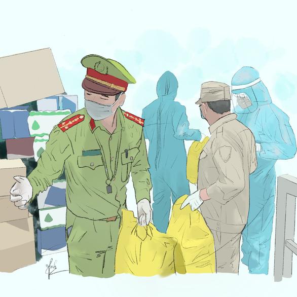 Hình ảnh các chiến sĩ công an giúp vận chuyển hàng hóa tiếp tế vào các khu cách ly.
