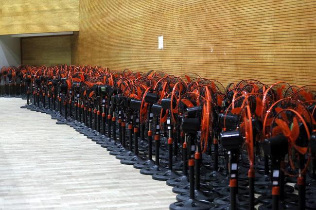 Hàng trăm chiếc quạt được chuẩn bị.