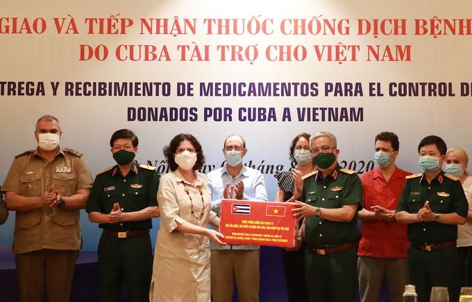 Đại sứ Cuba tại Việt Nam, bà Lianys Torres Rivera, tặng thuốc interferon Alfa 2B cho Việt Nam chiều 5/8. Ảnh: Nguyên Hải
