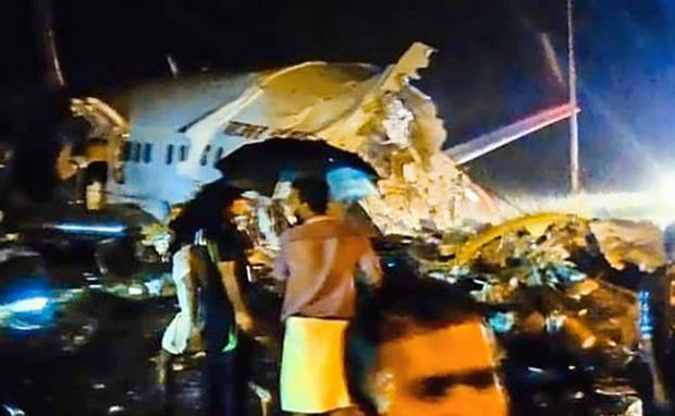 Ấn Độ: Máy bay giải cứu công dân về nước bị trượt khỏi đường băng, gãy làm đôi