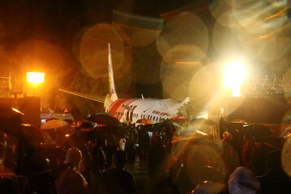 Các nhân viên cứu hộ tìm kiếm người bị nạn trong chiếc máy bay gặp sự cố.