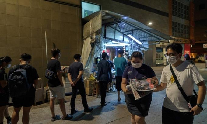Người Hong Kong xếp hàng tại một sạp báo ở quận Mong Kok để mua Apple Daily hôm 11/8. Ảnh: AFP.