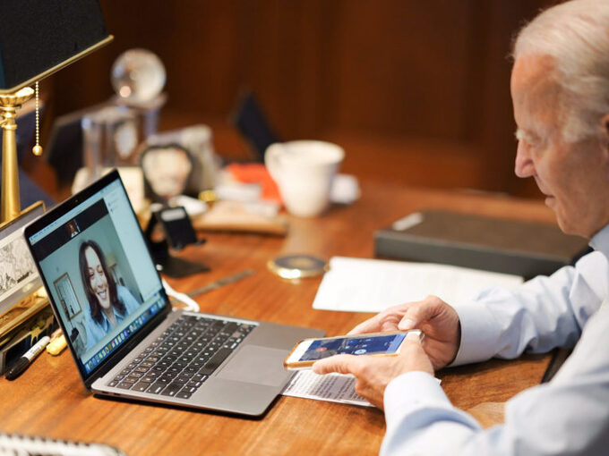 Biden trò chuyện với Harris qua màn hình laptop. Ảnh: Adam Schultz/Biden Campaign.