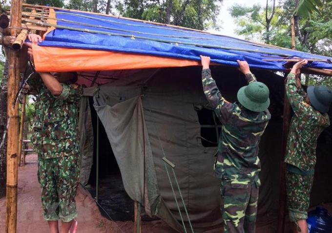 Chiến sỹ bộ đội Biên phòng Quảng Trị gia cố lán trại chốt kiểm soát phòng, chống dịch COVID-19. (Ảnh: Hồ Cầu/TTXVN)