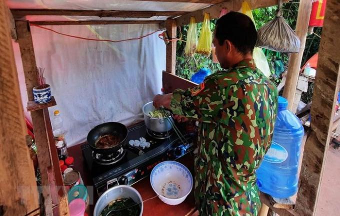 Chiến sỹ bộ đội biên phòng Quảng Trị trên chốt biên giới chuẩn bị cơm trưa. (Ảnh: Hồ Cầu/TTXVN)