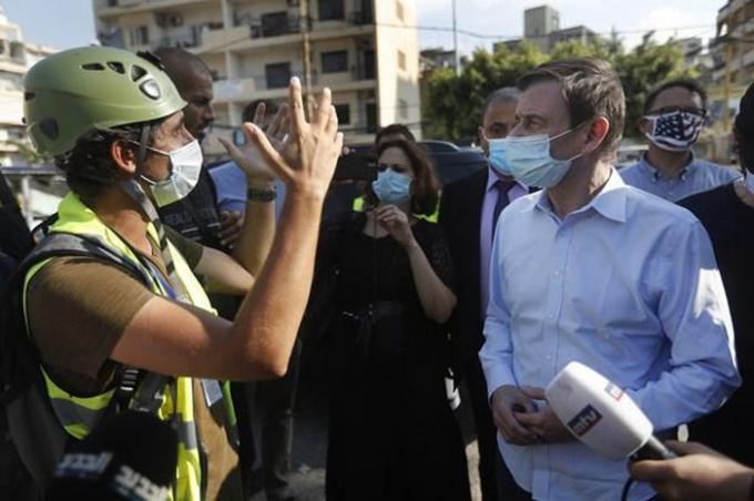 Thứ trưởng Ngoại giao Mỹ David Hale thăm hiện trường vụ nổ ở Beirut. (Ảnh: AP)
