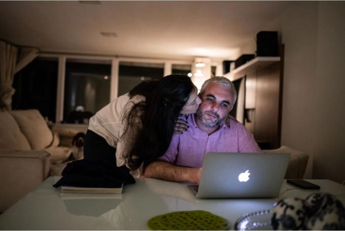 Tiago Lemos và vợ Juliana đều là bác sĩ. Ảnh: Maria Magdalena Arrellaga.