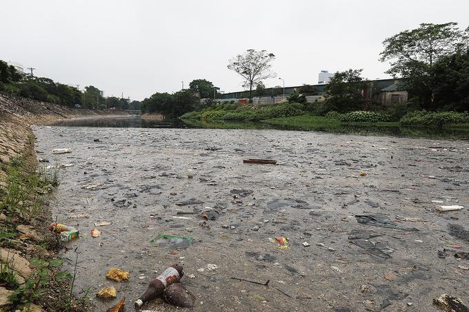 Ô nhiễm ở điểm cuối sông Tô Lịch giao với sông Nhuệ. Ảnh: Ngọc Thành
