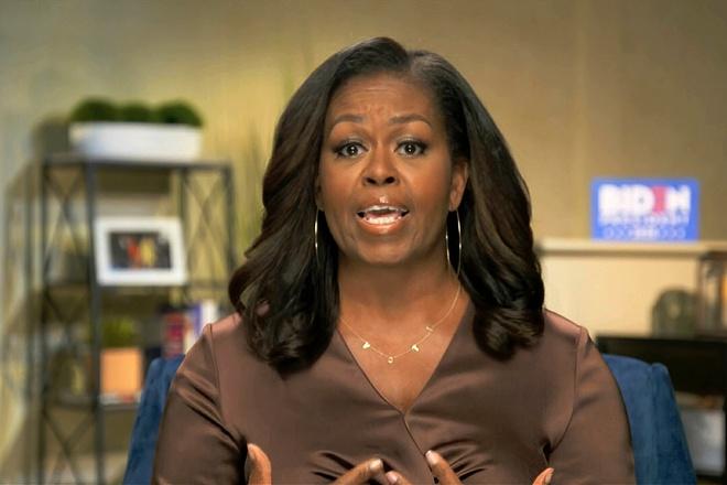 bà Michelle Obama đeo chiếc vòng có chữ