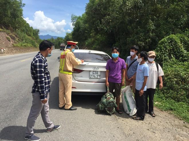 Trạm Hòa Nhơn xử lý tài xế Huỳnh Tấn Tâm chở 4 khách lên đường tránh để đón xe về quê. ẢNH: N.T