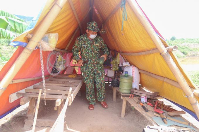 Lán trại tại các chốt đều dựng tạm bợ bằng tre nứa và bạt, trong đó có chứa dụng cụ lao động, lúa và lương thực, thực phẩm.