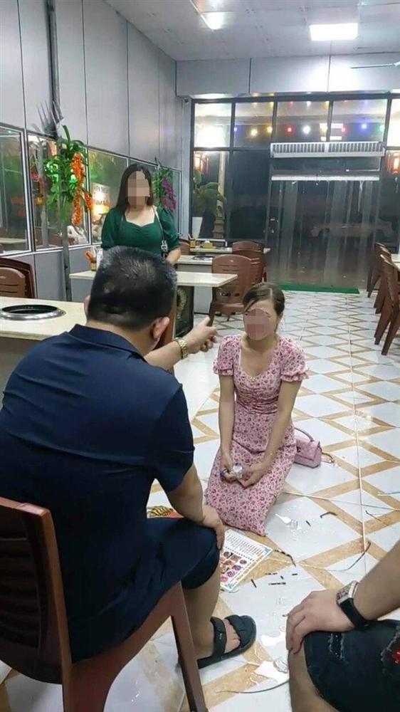 Người đàn ông được cho chủ quán nướng bắt khách hàng quỳ gối.