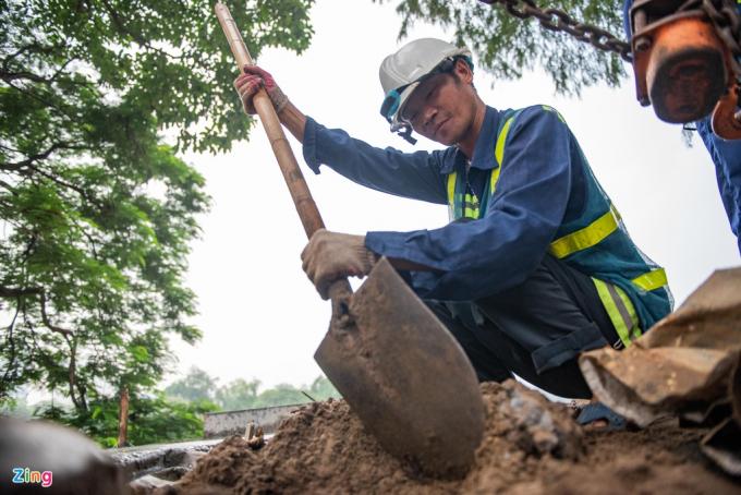 Công nhân lát đá vỉa hè hồ Gươm thay nhau làm việc liên tục 2 ca trong ngày.