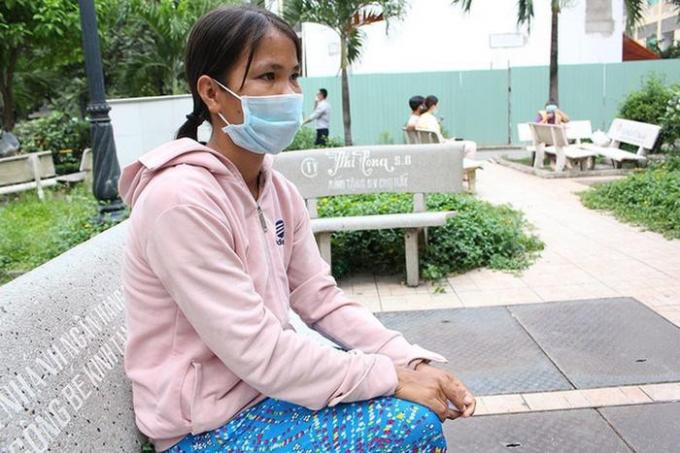 Chị Tuổi, vợ của anh Phan Văn Tâm, người đàn ông bị rắn hổ mang cắn.