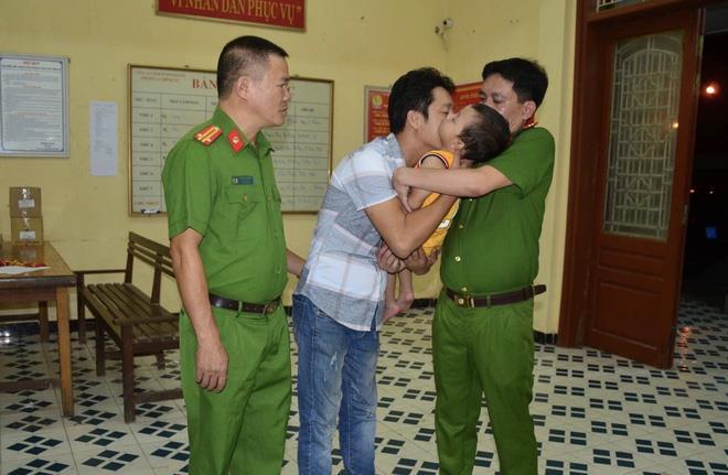 Anh Nguyễn Văn Hưng nghẹn ngào, xúc động trong giây phút gặp lại con trai bị bắt cóc.