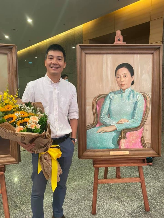 Họa sĩ Nguyễn Văn Cường bên tranh chân dung nguyên Phó chủ tịch nước Nguyễn Thị Bình.