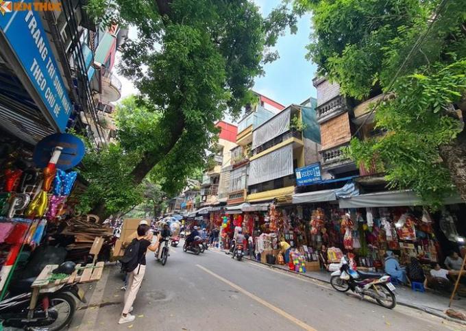 Ghi nhận của PV Kiến Thức từ sáng đến trưa ngày 28/8 cho thấy, khung cảnh buôn bán tại phố Hàng Mã (Hà Nội) vô cùng ảm đạm.