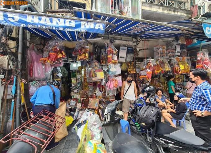 Thỉnh thoảng mới xuất hiện vài ba vị khách ghé phố Hàng Mã sắm đồ thờ cúng.