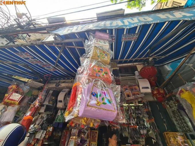 """Giá của những chiếc túi ở đây được bán từ 90-100 nghìn đồng/chiếc.Tuy nhiên, những chiếc """"túi xách hàng hiệu"""