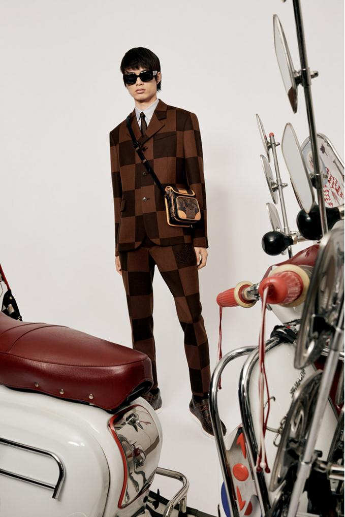 Louis Vuitton x Nigo nhấn vào sắc nâu, đen làm chủ đạo, nhấn nhá trắng cùng xanh dương của chất liệu denim.