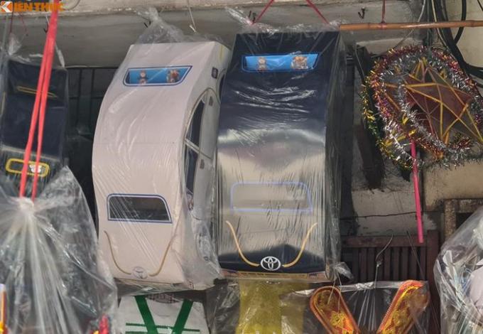"""Các """"xế sang"""" đa dạng kiểu mẫu, màu sắc """"nhái"""" các thương hiệu hiệu xe hơi nổi tiếng..."""