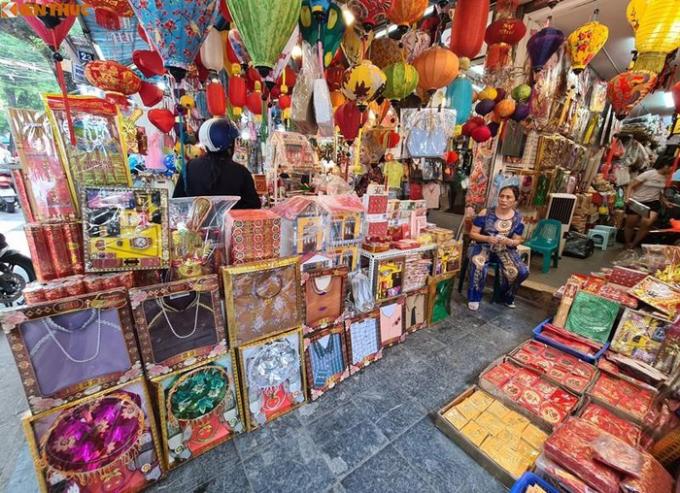 Đến trưa ngày 28/8, khung cảnh vắng vẻ quanh phố Hàng Mã vẫn chẳng có chút thay đổi, các chủ cửa hàng chỉ biết ngồi thở dài, chờ khách.
