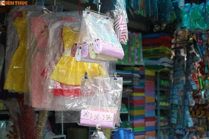 """Tại nhiều cửa hàng ở phố Hàng Mã, năm này còn bày bán cả các loại """"túi xách"""" nhỏ."""