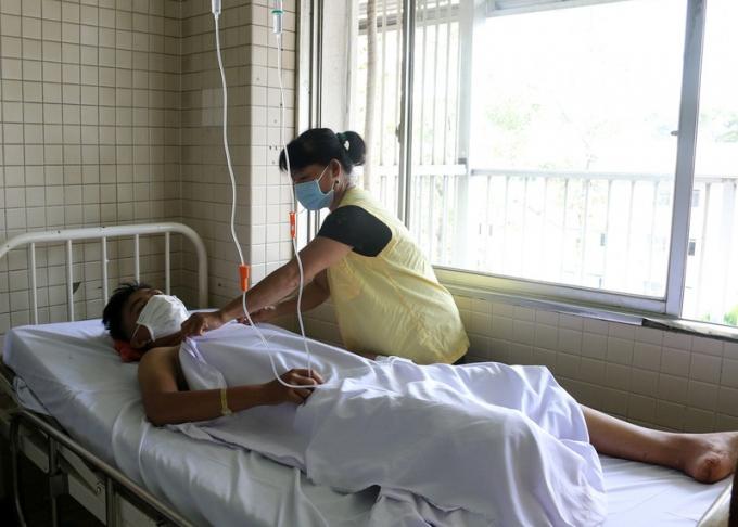 Em V.V.T.Đ đang điều trị ở Khoa Chấn thương Chỉnh hình Bệnh viện Chợ Rẫy và mẹ.