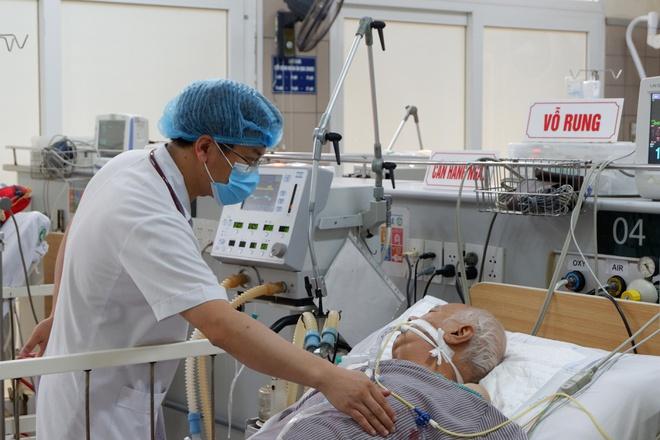 Bệnh nhân bị ngộ độc sau khi ăn pate Minh Chay đang được điều trị tại Bệnh viện Bạch Mai. Ảnh: Nhật Minh.