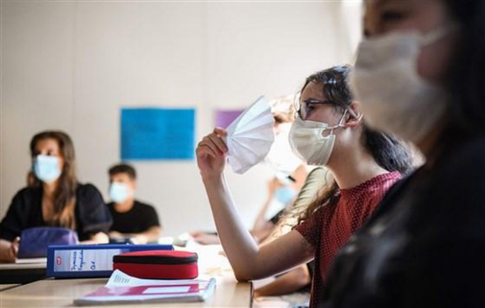 Các trường học chật vật tìm ra cách đưa học sinh trở lại trường trong mùa dịch