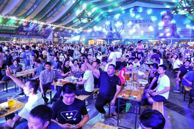Lễ hội bia tại thành phố Thanh Đảo. Ảnh: Getty.