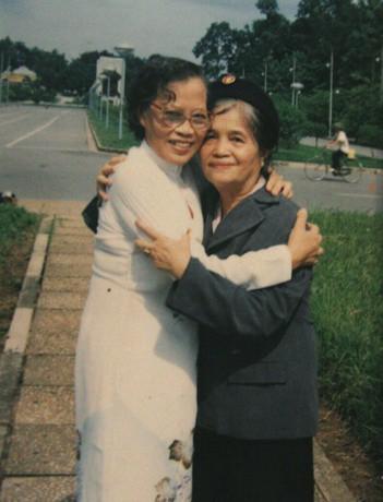 Hai người phụ nữ kéo cờ năm 1945: Bà Lê Thi (trái) và bà Đàm Thị Loan năm 1987